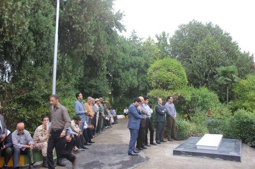 غباروبی و عطرافشانی قبور شهدای گمنام غواص و خط شکن در پارک ملت (شهدا) بهشهر